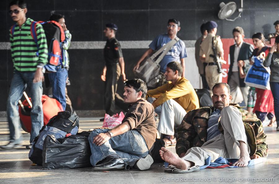 Вокзалы в Индии не оборудованы сидячими местами