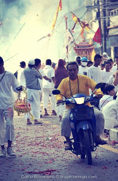 Улицы Пхукет-Тауна во время Вегетарианского фестиваля