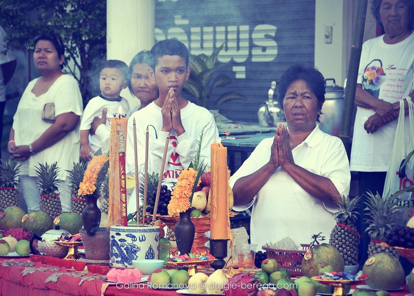Жители Пхукет-Тауна, встречающие шествие членов братства Ма Сонг