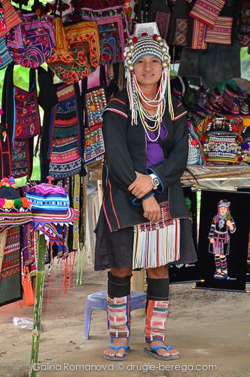 Девушка в национальном костюме племени Акха, северный Таиланд