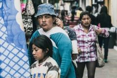Семья, делающая покупки на рынке Отавало