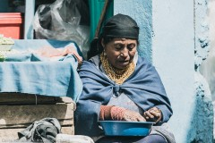 Женщина-продавец овощей в Отавало