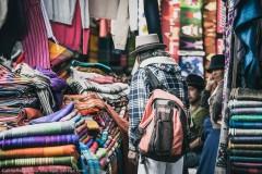 Пестрый товар на рынке Отавало