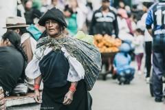 Женщина в национальной одежде индейцев племени Отавало