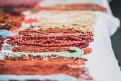 Красные и золотистые украшения - часть национального костюма женщин племени Отавало