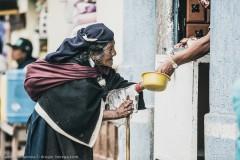 Пожилая жительница Отавало просит кусочек мяса в качестве подаяния