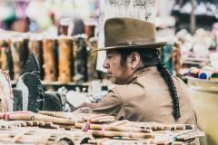 Индеец-отавало, торгующий музыкальными инструментами