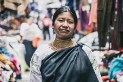 Женщина в костюме индейцев племени Отавало