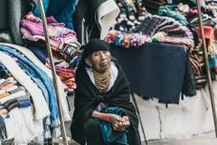 Женщина-продавец на рынке в Отавало