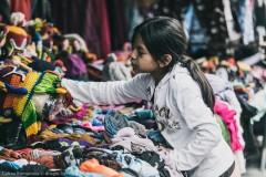 Юная продавец на рынке