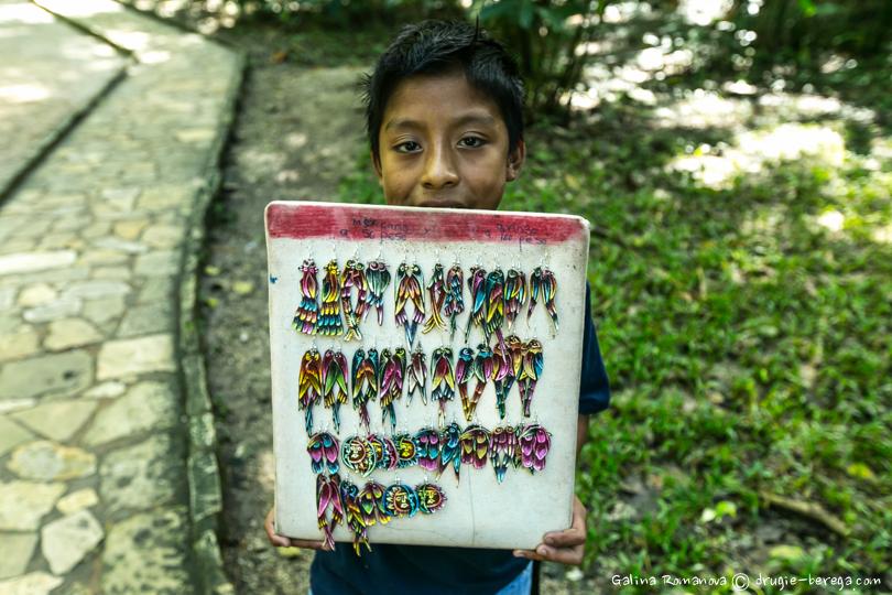 Торговец сувенирами в Паленке, Мексика