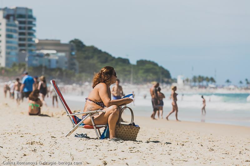 в попу на пляже при всех видео